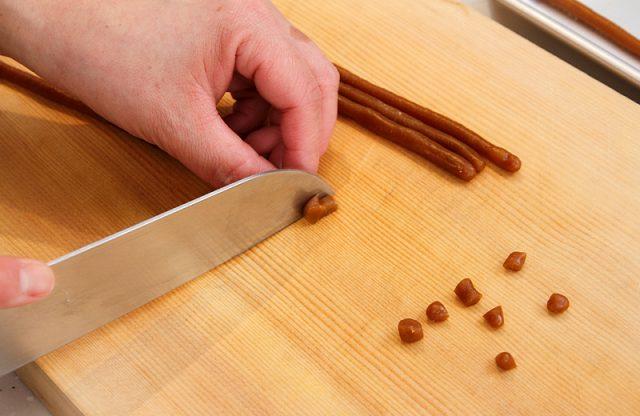 一粒つづ包丁で切り分ける