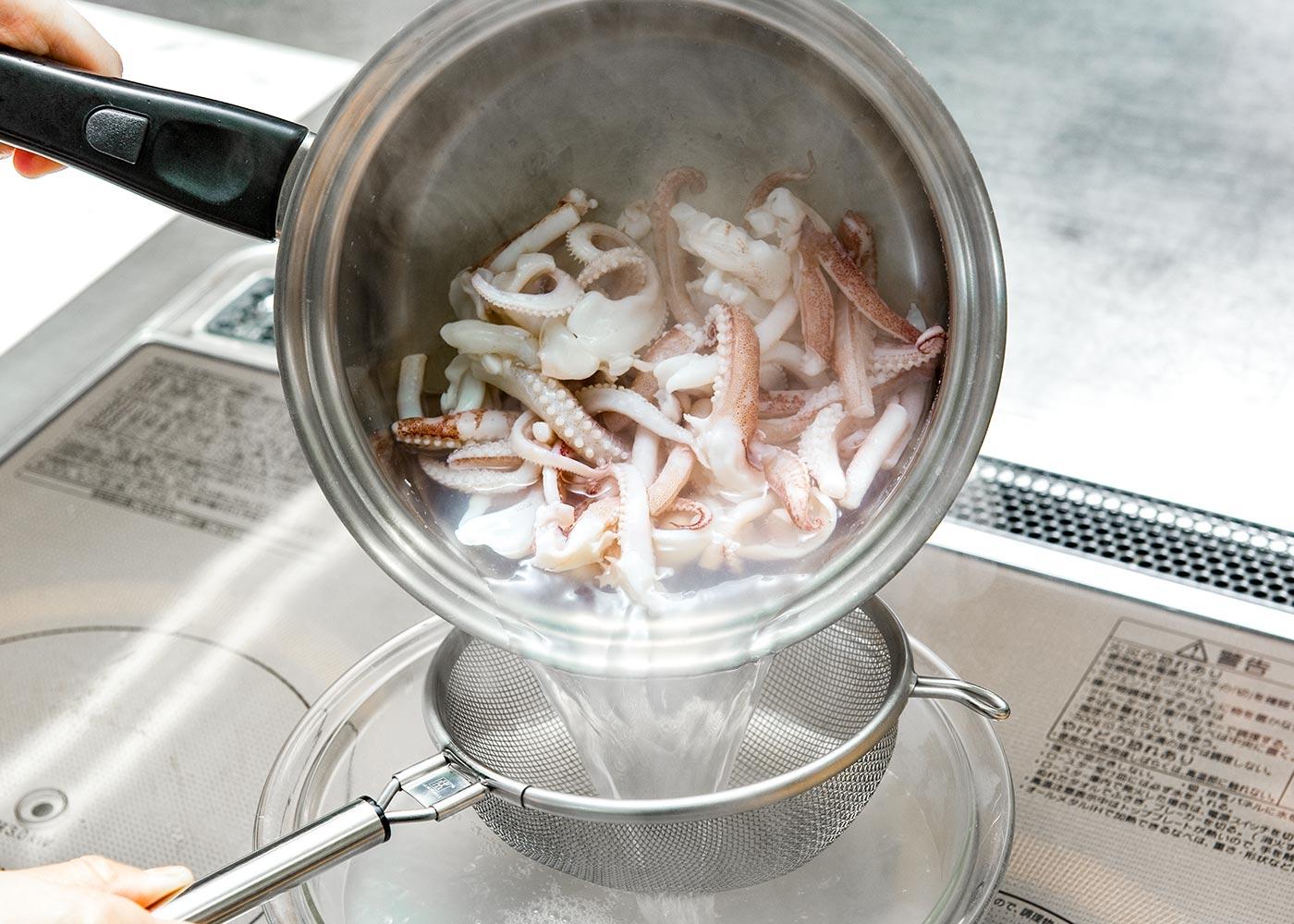 下足は2本ずつ切り離す。熱湯を沸かし、さっとゆでてざるへ上げる。