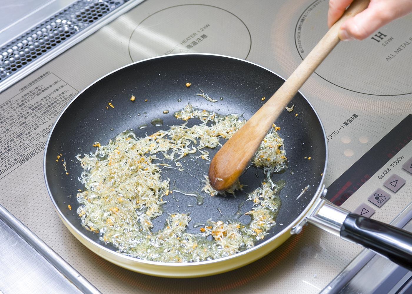 にんにくがきつね色になったらじゃこを加えて炒め、カリカリとなったらパセリ、万能ねぎ、ほうれん草を加え★、パスタのゆで汁を大さじ2ほど加えてさっと煮る。