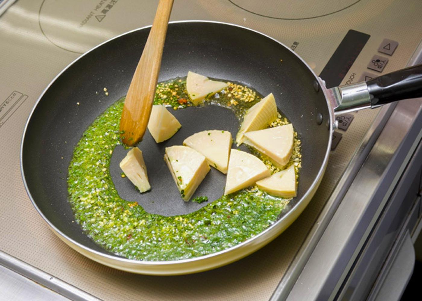 フライパンにオリーブ油、にんにく、赤唐辛子を入れ、弱火にかける。