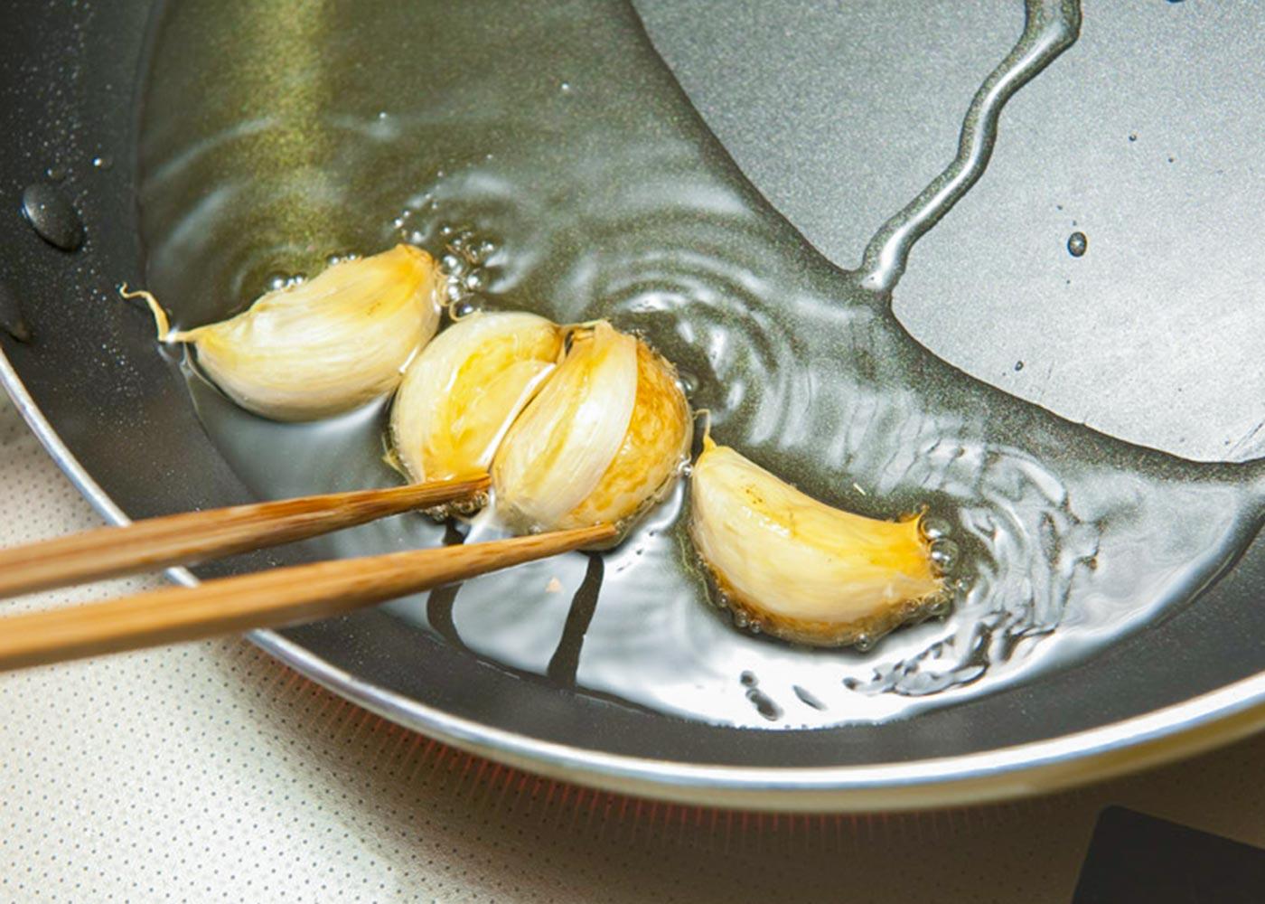 から焼き始め、焼き色が付いてきたら裏側も焼き、弱火にして肉に火を通す。