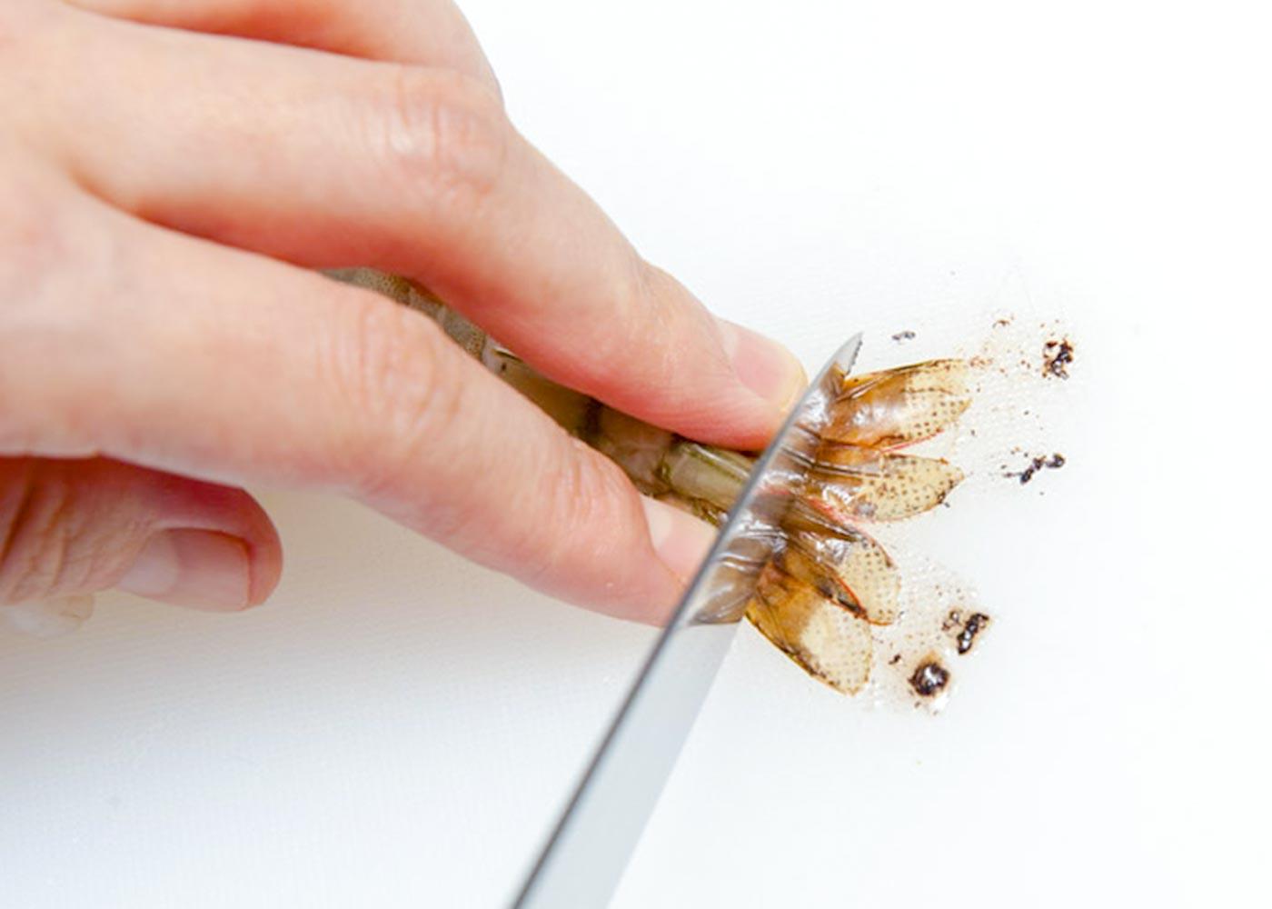 えびは尾の1節を残して殻をむく。尾を包丁の刃先でしごいて水気を出し★、斜めに切り落とす。