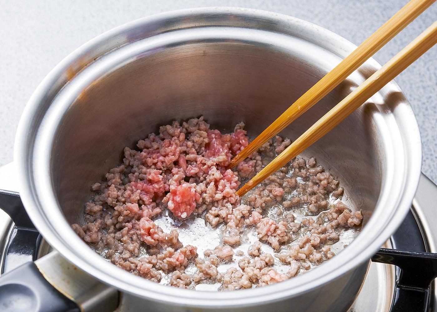 豚ひき肉は小鍋に入れ、泡立て器で混ぜながら油なしでから炒りし★、みそとおろしにんにくで調味