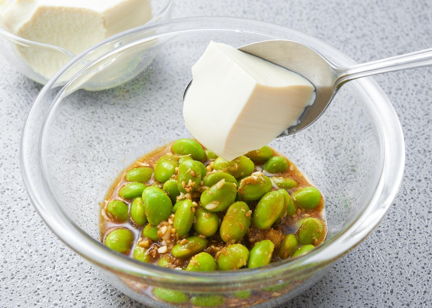 豆腐をスプーンですくって入れ、くずれないように混ぜる。